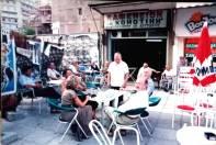 Ο Μπάμπης Αστράκης μπροστά στο καφενείο του ΚΟΜΟΤΗΝΗ στην Καμάρα Θεσσαλονίκης